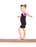 Equilibrios jovenes del gimnasta en viga Imagen de archivo libre de regalías