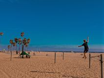 Equilibrist em Santa Monica Beach - Califórnia imagens de stock royalty free