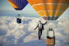Equilibrist-Geschäftsmann stockfotos