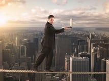 Equilibrist-Geschäftsmann lizenzfreies stockbild