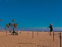 Equilibrist op Santa Monica Beach - Californië royalty-vrije stock afbeeldingen