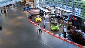 Equimose do Bmw Munich Alemanha Ideia geral da infraestrutura dentro da exposição do carro video estoque