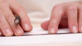 Equipa as mãos que tiram linhas na placa branca Tiro próximo Front View Linhas de tiragem do Calligraphist com pena da escova des vídeos de arquivo
