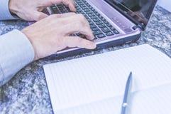 Equipa as mãos que trabalham no portátil fotos de stock royalty free