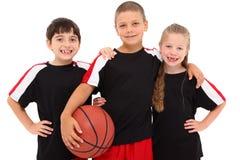 Equipa de basquetebol nova da criança do menino e da menina fotografia de stock