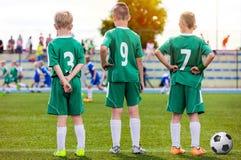 Equipa de futebol das crianças Fósforo de futebol de observação de Young Boys imagem de stock royalty free