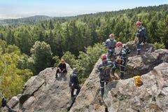 Equipa de salvamento do treinamento Salvamento no terreno rochoso Imagens de Stock