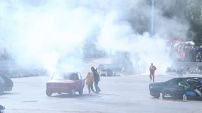 A equipa de salvamento extingue o fogo do carro, mostra do conluio, evento desportivo video estoque
