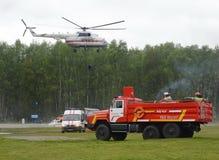 Equipa de salvamento no campo de treino do centro do salvamento de Noginsk do ministério das situações de emergência durante o In Imagens de Stock