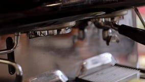 Equipa a mão que empurra o interruptor na máquina do café fim video estoque