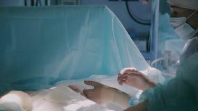 Equipa médica aproximadamente para terminar a cirurgia plástica video estoque