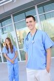 Equipa médica atrativa no hospital imagens de stock