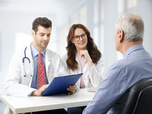 Equipa médica com paciente idoso Fotografia de Stock Royalty Free