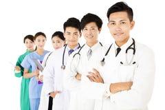 Equipa médica de sorriso isolada no fundo branco imagens de stock
