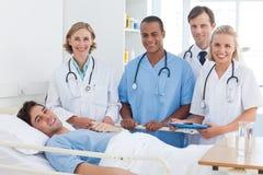 Equipa médica e sorriso paciente fotos de stock