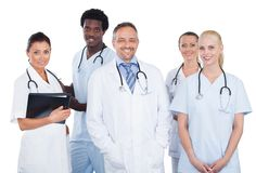 Equipa médica multi-étnico que está sobre o fundo branco imagens de stock royalty free