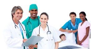 Equipa médica no quarto de um paciente Imagens de Stock Royalty Free