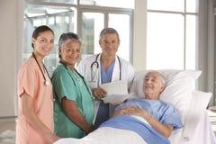 Equipa médica que discute resultados Foto de Stock