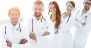 A equipa médica que está com braços cruzou-se em um fundo branco fotos de stock royalty free