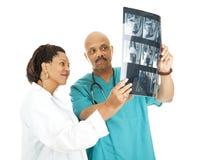 A equipa médica revê raios X foto de stock