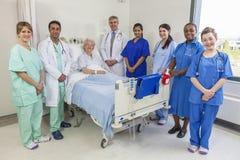 Equipa médica paciente dos doutores & das enfermeiras da mulher fêmea superior Imagem de Stock Royalty Free
