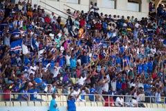 Equipa nacional dos fan de futebol de Cabo Verde (tubarões azuis) nos suportes Fotografia de Stock Royalty Free