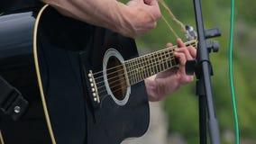 Equipa o jogo na guitarra no concerto closeup video estoque