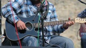 Equipa o jogo na guitarra no concerto closeup vídeos de arquivo