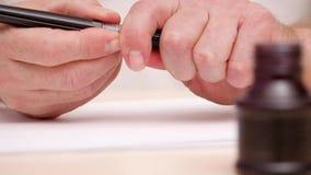Equipa a pena e o inkpot abertos da escova das mãos Preparação para a rotulação caligráfica Tiro próximo Front View Ferramentas c vídeos de arquivo