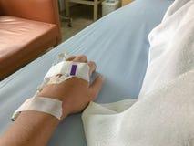 Equipaggi è malato ed ha un tubo IV sulla sua mano Immagini Stock Libere da Diritti