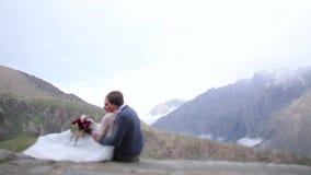 Equipaggi abbracciare le donne sui precedenti delle montagne video d archivio