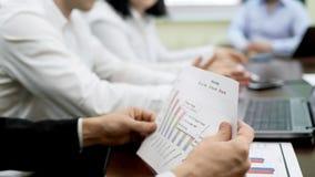 Equipaggi analizzare il documento di rapporto, gruppo di esperti politico che lavora al piano di elezione fotografia stock libera da diritti