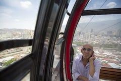 Equipaggi ascoltare la sua radio in metropolitana aerea di Caracas fotografia stock libera da diritti