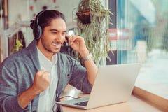 Equipaggi avere conversazione di web esamina il computer portatile, incoraggiare, pompante il pugno immagini stock libere da diritti