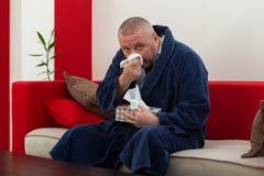 Equipaggi avere il raffreddore il tessuto della tenuta con la scatola piena dei tessuti Immagine Stock Libera da Diritti