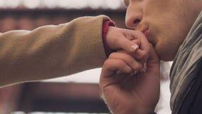 Equipaggi baciare la mano della donna con amore e la tenerezza, conoscenza e prima data stock footage