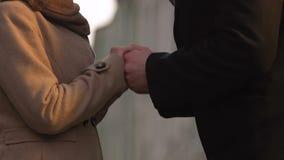 Equipaggi baciare le mani di signora, le sensibilità tenere rispettose, l'attenzione alla donna cara stock footage