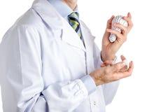 Equipaggi in cappotto medico che tiene una lampadina della stampa 3d e reale Fotografia Stock Libera da Diritti
