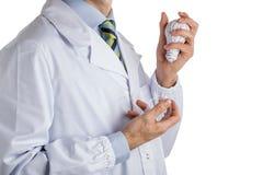 Equipaggi in cappotto medico che tiene una lampadina della stampa 3d e reale Immagine Stock