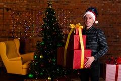 Equipaggi con un grande regalo rosso di Natale Immagini Stock