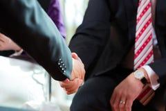 Equipaggi dar la manosi con il gestore al ritaglio del primo piano di intervista di lavoro Fotografie Stock