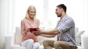 Equipaggi dare a donna il contenitore di regalo a forma di cuore rosso video d archivio