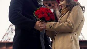 Equipaggi dare i fiori al suo caro e delicatamente abbracciarla, romanzesco a Parigi stock footage