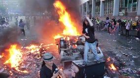 Equipaggi dare il dito con fuoco e le bombe del gas lacrimogeno archivi video
