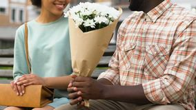 Equipaggi dare il mazzo dei fiori a signora, i regali di floristics, sorpresa piacevole stock footage