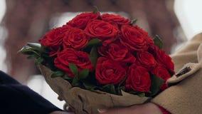 Equipaggi dare il mazzo di rose rosse all'amica, il mazzo della tenuta delle coppie, floristics archivi video