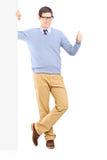 Equipaggi dare il pollice su che fa una pausa un pannello in bianco Fotografia Stock Libera da Diritti