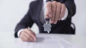 Equipaggi dare la chiave dalla casa o dall'appartamento al compratore, firmante l'accordo di ipoteca video d archivio