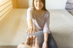 Equipaggi dare la mano alla donna depressa, come ricominciare ed amore, concetto mentale di sanità fotografia stock
