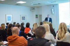 Equipaggi dare la presentazione nel corridoio di conferenza all'università Immagine Stock Libera da Diritti